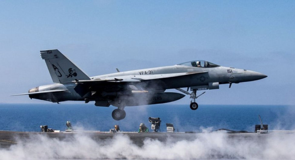 Photo : An American fighter jet used against the Islamic State last year taking off.