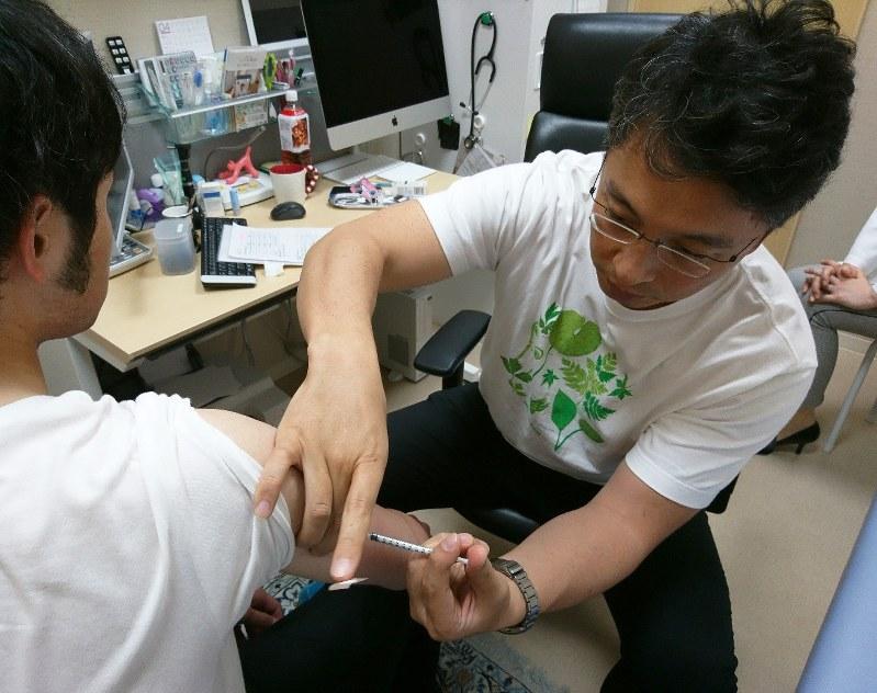 [A medical professional working for Tokyo's Shinjuku Ward administers a measles vaccination on Apr. 22, 2018. Photo:  Mainichi Shimbun ]