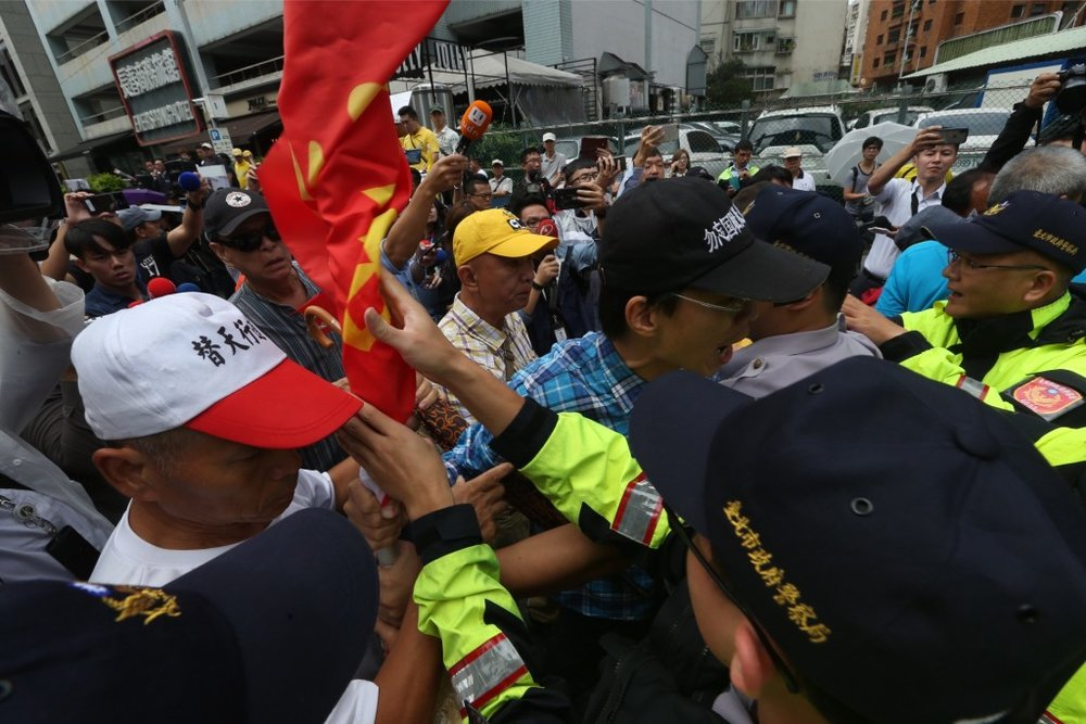 Demonstrators scuffle with police outside of the Japan-Taiwan Exchange Association (JTEA) building on the morning of Sept. 10, 2018. Credit:  Central News Agency (Taiwan)