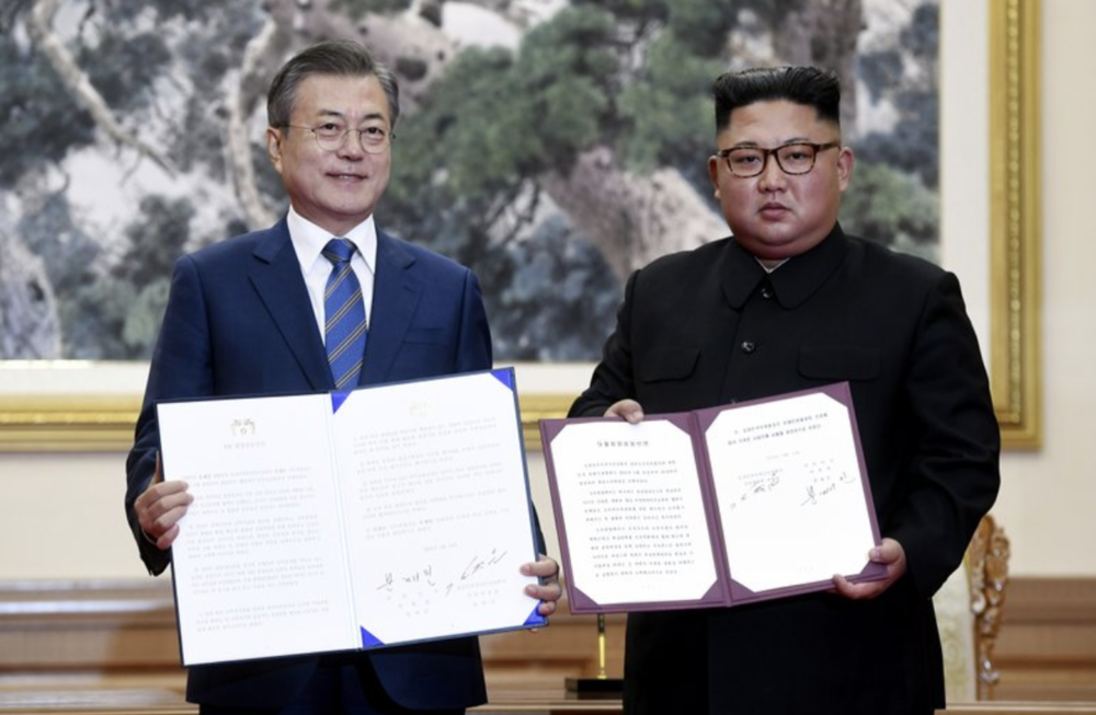 ROK President Moon Jae-in (left) and DPRK Chairman Kim Jong-un (right) pose for pictures after signing joint statements in the Paekhwawon State Guesthouse in Pyongyang on Sept. 19, 2018. Photo:  Pyongyang Press Corps/AP