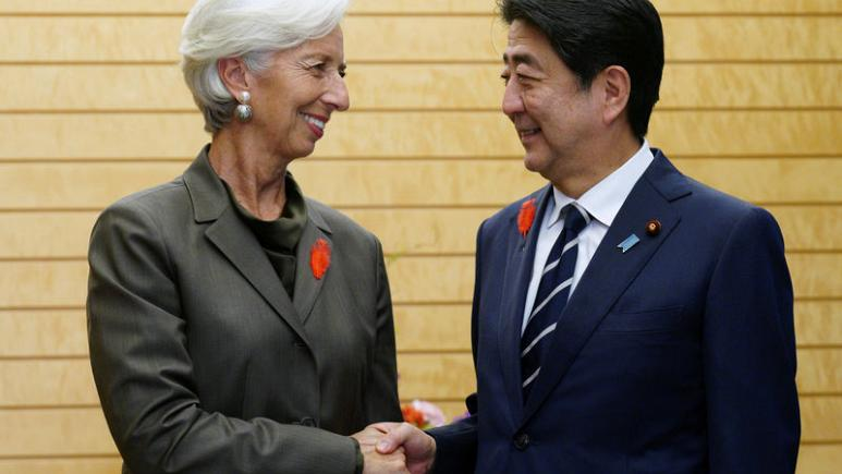 Managing Director and Chairwoman of the International Monetary Fund Christine Lagarde and Prime Minister of Japan Shinzo Abe amicably shake hands at Abe's official residence in Tokyo, Japan on Oct. 4, 2018.  Photo: Reuters