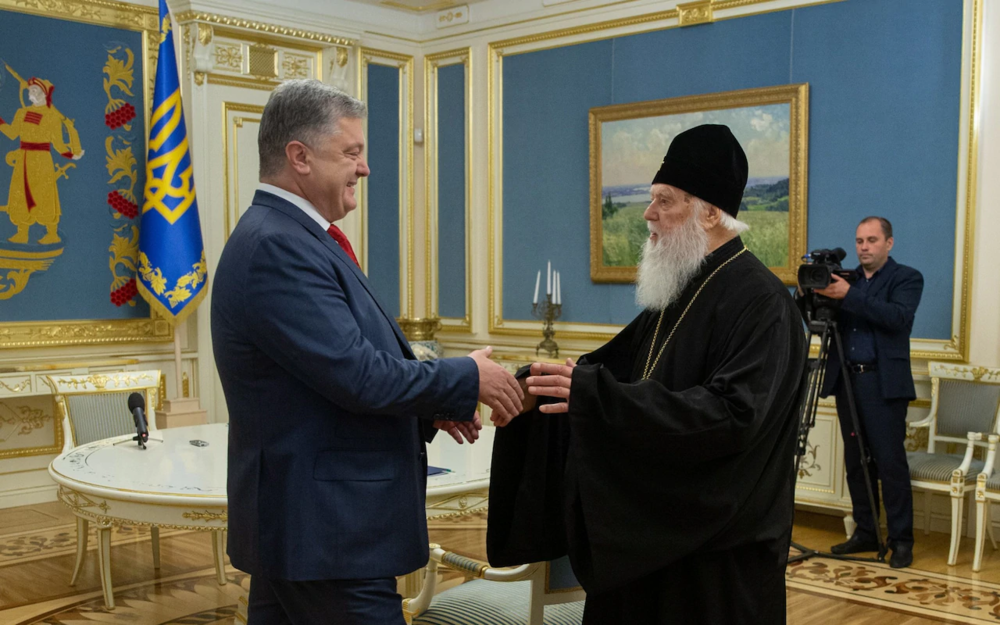 President of Ukraine Petro Poroshenko (left) meets with Patriarch Filaret, head of the Ukrainian Orthodox Church of the Kiev Patriarchate — one of two groups of Orthodox churches in Ukraine that oppose continued subordination to the Russian Orthodox Church — in Kiev on Oct. 11, 2018. Photo:  Reuters