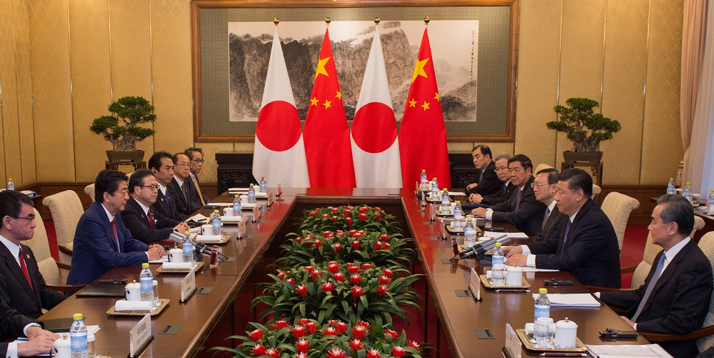 Leading the Japanese delegation, Prime Minister Shinzo Abe (second from left) speaks with the Chinese delegation headed by President Xi Jinping (second from right) at the Diaoyutai State Guesthouse in Beijing. Credit:  Reuters