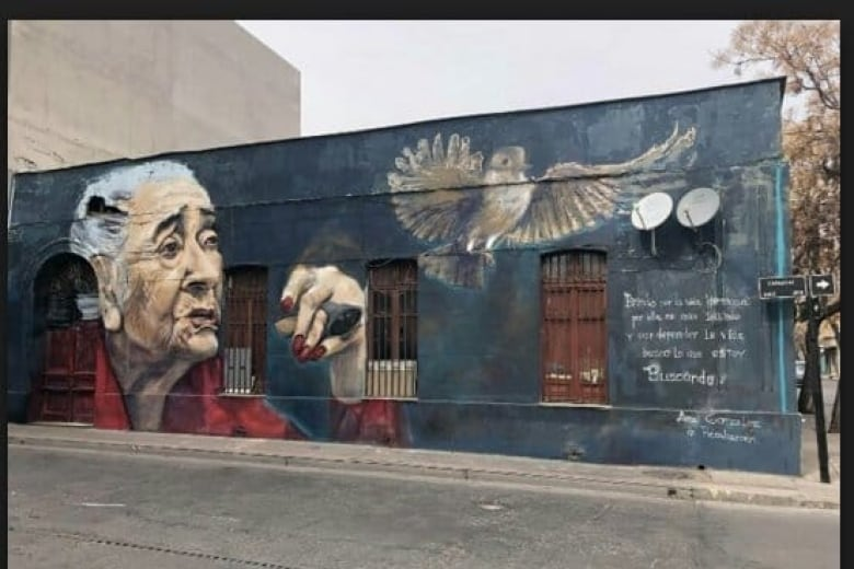 A mural of Ana Gonzalez in the Yungay barrio of Santiago, Chile. The inscription, loosely translated, reads: A toast/ I raise my glass to the beautiful life/ For it I put myself at risk/ And to defend life/ I seek what I am searching for. Photo:  Luis Recabarren, grandson of Gónzalez via CBC