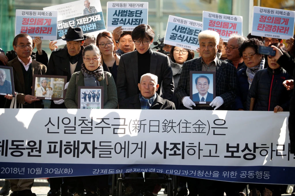 Lee Chun-sik (center) is one of the four plaintiffs who sued Nippon Steel and Sumitomo Metal Corporation for being subjected to forced labor during the Second World War. Credit:  Kim Hong-ji/Reuters .