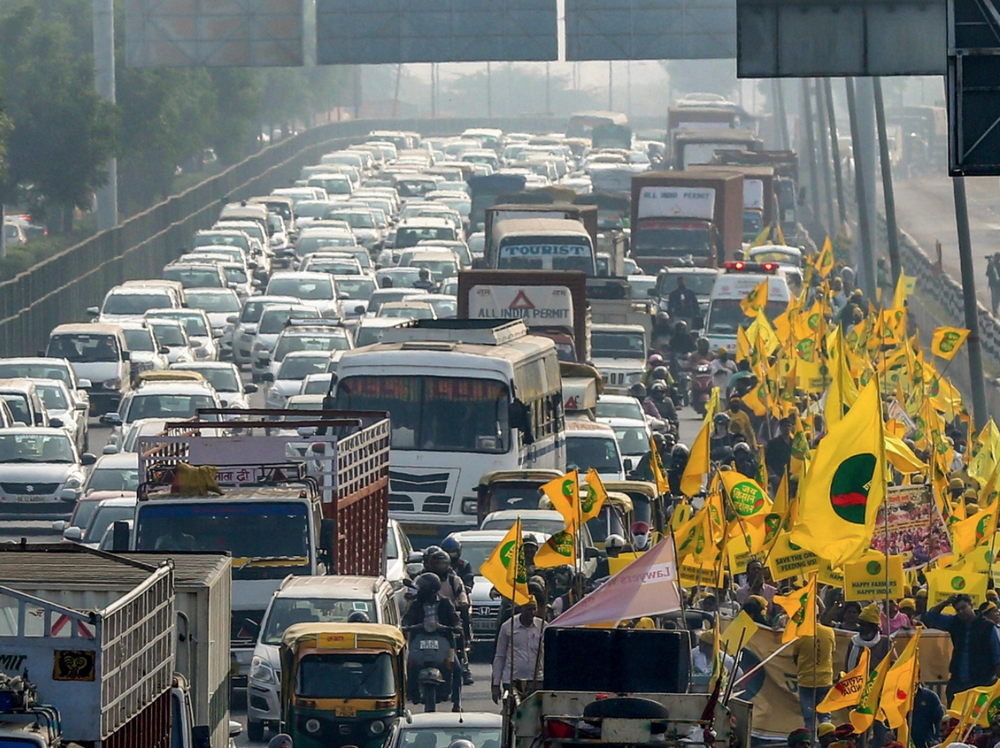 Protesters march through traffic on the NH-8 on their way to Ramlila Maidan on November 30. Photo:  PTI Photo .