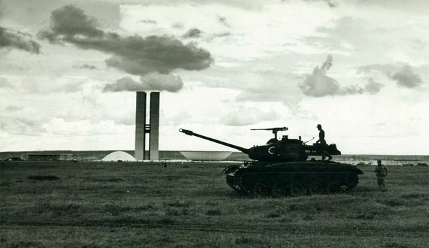Tanks on the grounds of the Palácio do Congresso Nacional, or Palace of National Congress, in Brasília during the 1964 coup. Photo:  Editora Bloch/Veja Rio/DEDOC Abril Archive via Guia do Estudante .
