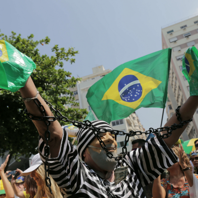 A demonstrator in Rio de Janeiro dressed up as Lula da Silva, protesting against corruption and celebrating his imprisonment. Photo: Raquel Cunha/ Reuters/  France 24