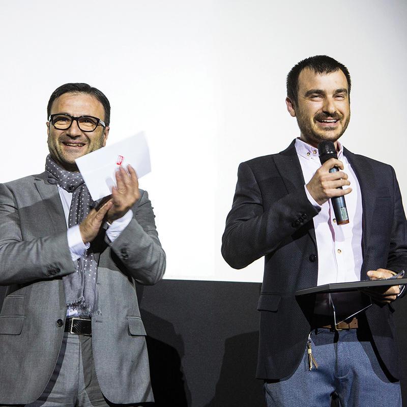 """Д-р Красимир Аврамов стана победител в категория """"Ортодонтски случай"""", като това е втората му награда в конкурса. Призът бе връчен от доц. д-р Ходор Факих."""