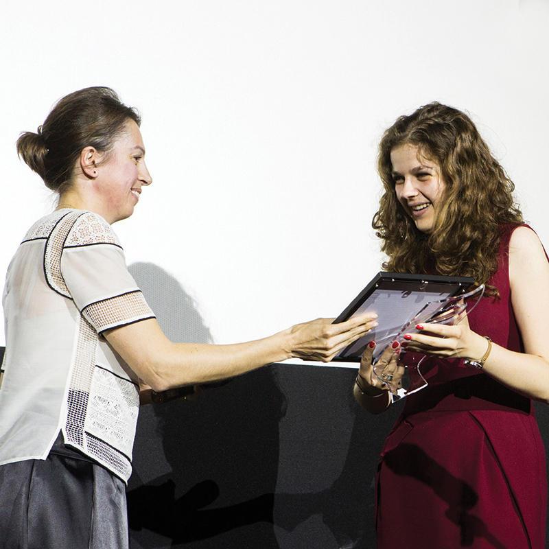"""Статуетката в """"Студентски клиничен случай"""" отиде при Цветелина Стоянова, студент 6-и курс във ФДМ–София. Наградата връчи д-р Нели Николова, бивш член на журито в конкурса и настоящ президент на Sofia Dental Meeting."""