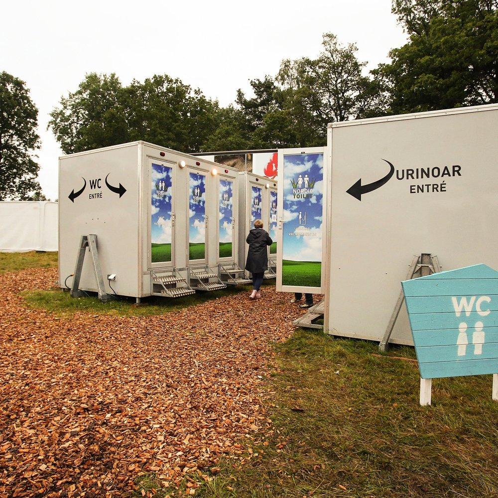 Vattentoaletter - Alla måste gå på toaletten. Men alla måste inte gå på baja-maja. Alla toaletter på Torsjö Live är vattentoaletter. Det är så vi gillar det.