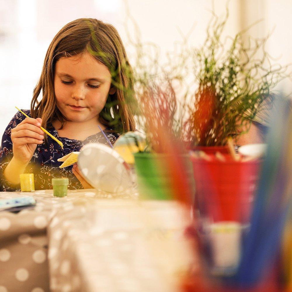 För alla i familjen - Vi vill att hela familjen ska kunna dela på upplevelsen. Därför finns en egen plats där de lite yngre kan underhållas, skapa och pysslas om.