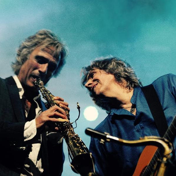"""Dire Straits Experience - Dire Straits är ett av de största bandet från England genom tiderna. De har ett speciellt sound och låtarna är geniala. Bandet har älskats av generationer av musiker och musikälskare. Två tidigare medlemmar från bandet (Chris White och Chris Whitten) kommer nu tillsammans med några av Englands bästa musiker till Torsjö Live 30 juni. De kommer att framföra alla de stora klassikerna som Sultans of Swings, Walk of Life, Money for Nothing och Brothers in Arms.Chris White är """"the Saxophone sound of Dire Straits"""" och förutom sin långa period med Dire Straits (1985-1995) har han samarbetat med storheter som Paul McCartney, Mick Jagger och Ray Charles. Chris Whitten är trummis och spelade med Dire Straits på världsturnen """"On every street"""" 1991-1992.På scen lördag 30 juni"""