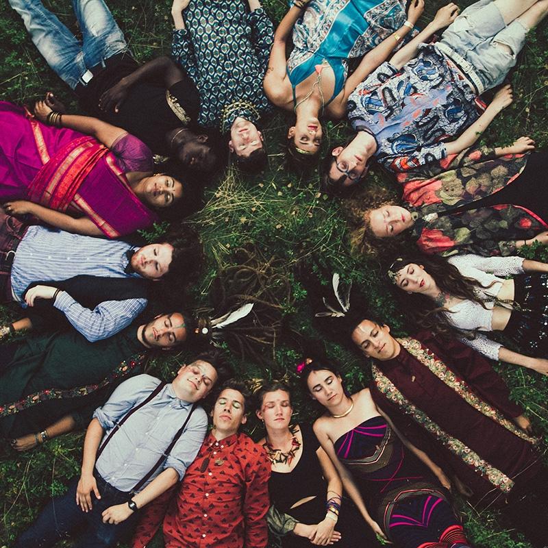 Världens Band - Tre kontinenter, sex länder och tretton bandmedlemmar. Världens Band tar dig med ut på en spännande resa med musikaliska influenser från vår planets alla hörn. Det började som ett experiment i Stockholm 2012, där musiker fick utrymme att mötas och skapa tillsammans - med musik som sin gemensamma nämnare. 2015 kom debutalbumet Transglobal roots fusion och i vår kommer uppföljaren Dadjalo.Bandet har hyllats internationellt av flera kritiker, och ger sig i sommar ut på en omfattande Europaturné.På scen lördag 30 juni