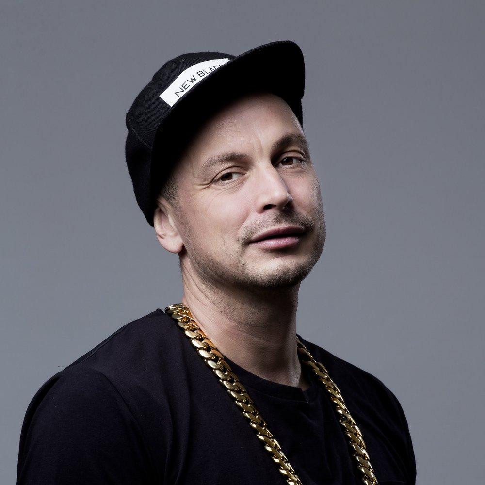 Petter - 1998 slog Petter Alexis Askergren igenom med låtarna Mikrofonkåt och Vinden har vänt, och fick motta hela tre grammisar för sitt debutalbum Mitt sjätte sinne, som fick enorm betydelse för 90-talets svenska hiphop-scen. Sedan dess har han hunnit med hela åtta fullängdsalbum och lyckats etablera sig som en av landets största hiphop-ikoner. I vår släpper han äntligen nytt album som i sommar följs upp med en stor Sverigeturné.På scen lördag 30 juni
