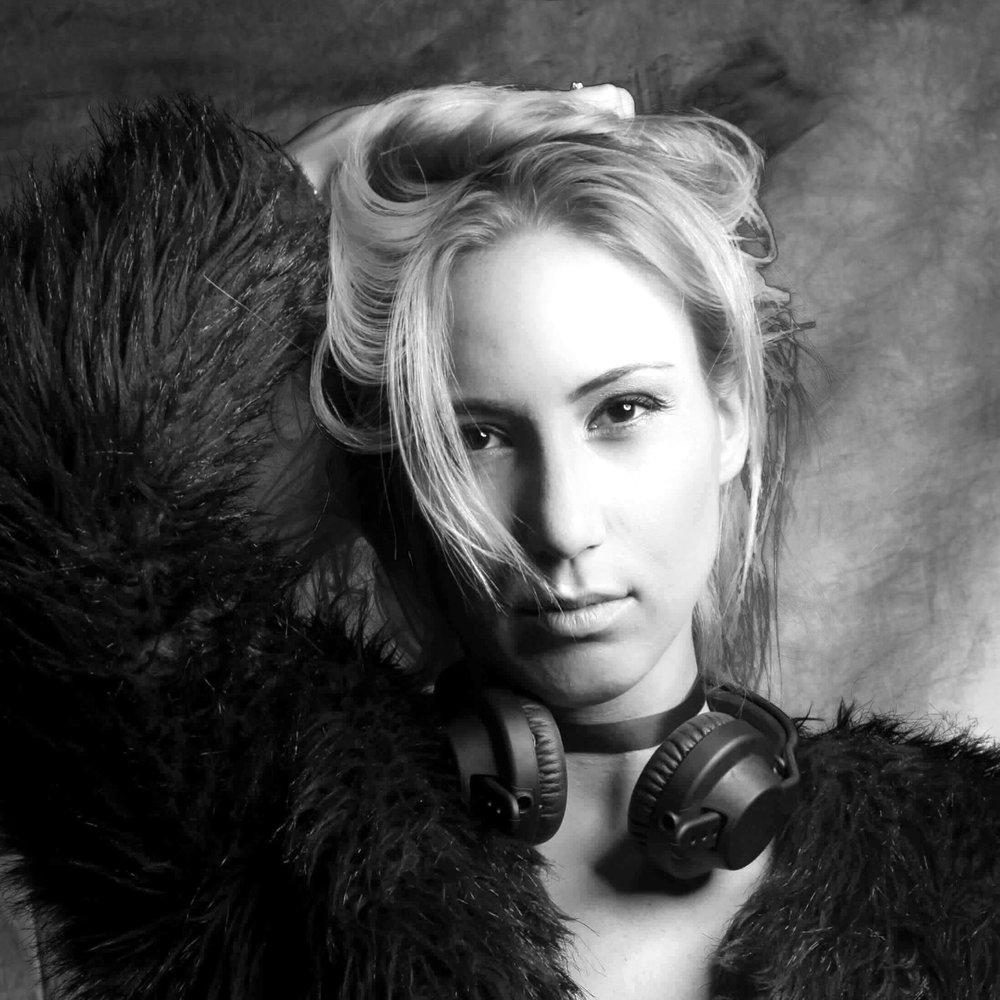 Joanna Åström - I juni 2015 flyttade Tyringetjejen Joanna Åström till London och popmusikens förlovade land för att satsa helhjärtat på en dröm hon burit med sig sedan barnsben. Idag, knappt tre år senare, har hon med sin fina och unika känsla för rytm och mix av olika musikstilar haft flera stora spelningar runt om i London, producerat egen musik och blivit hyllad av erkända DJ's i sin genre. I sommar är det premiär för Joanna Åström i Sverige. Inget gläder oss mer än att hon väljer hemmaplan!På scen lördag 30 juni