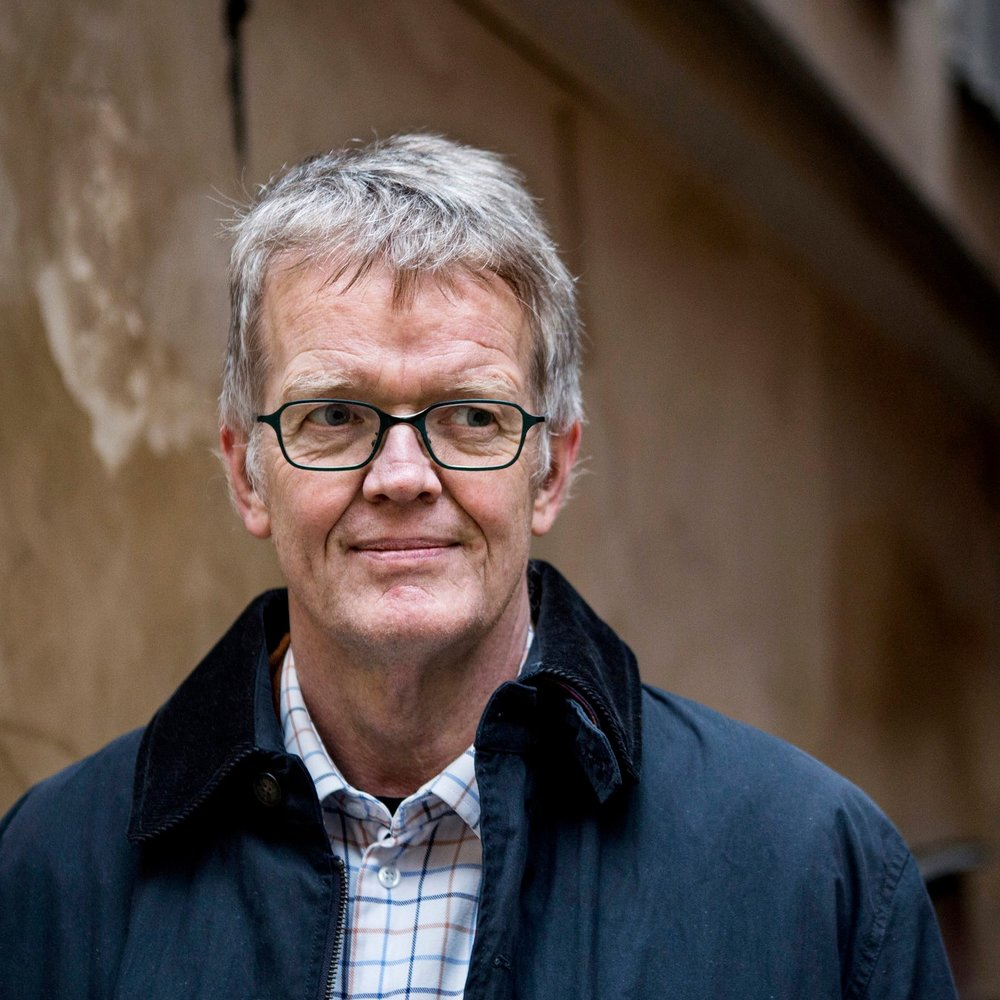 Gunnar Wetterberg - Många har nog sett den 66-årige skåningen i programmet Fråga Lund, där tittare får svar på mer eller mindre märkliga frågor. Tidigt gjorde han succé med sina detaljrika anekdoter, där han med sin engagerade inlevelseförmåga lyckades förmedla kunskap om vår historias viktigaste höjdpunkter.Wetterbergs meritlista kan göras lång. Han har blivit flerfaldigt belönad för sin enorma kunskapstörst, bland annat Kunskapspriset 2008, och arbetat som ambassadör i Vietnams huvudstad Hanoi. Nu senast har han fångat Skånes 14000-åriga historia i tre böcker på över 2000 sidor.Den 28:e juni inviger Gunnar Wetterberg Torsjö Lives nya koncept: Torsjö Live Talks. På en tredje scen som kommer att ställas upp i trädgården, tar han med oss på en historisk resa genom Skånska skogar och miljöer.