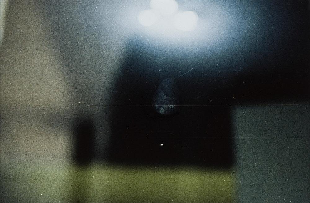 o. T. (Fingerabdruck auf Schaufensterscheibe von Luxusladen) | 1995 | Fotografie | 23 x 35 cm