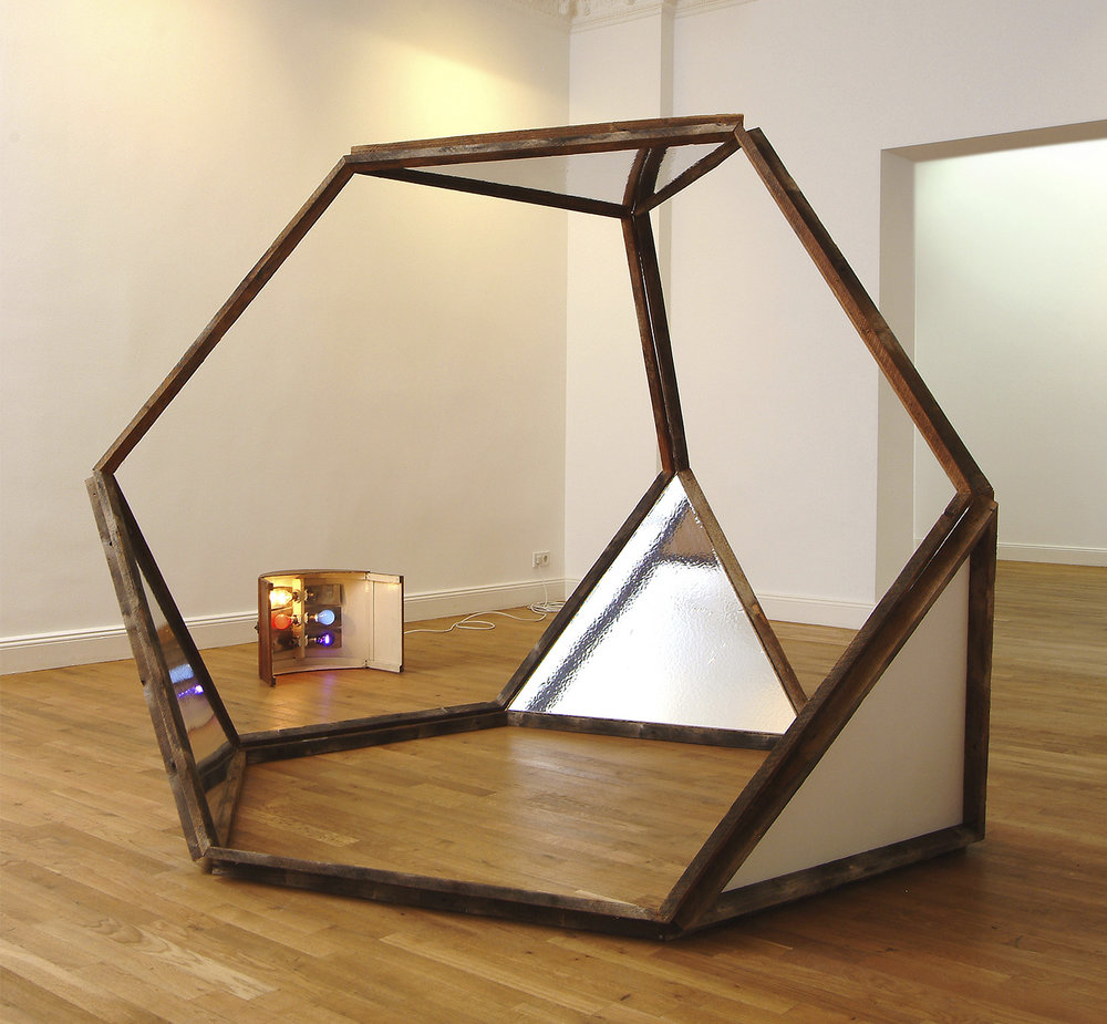 Der Frage, ob sie Welle oder Partikel sei | 2004 | Gebrauchte Dachlatten, Draht, Spiegelfolie und Wandfarbe auf Hartfaser | 170 x 200 x 200 cm