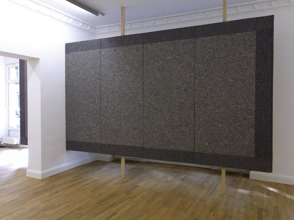 Eine Wand | 2010 | Installation: Holz, Textil (Industriefilz), Metallschrauben und -platten | 244 x 553 x 18,5 cm