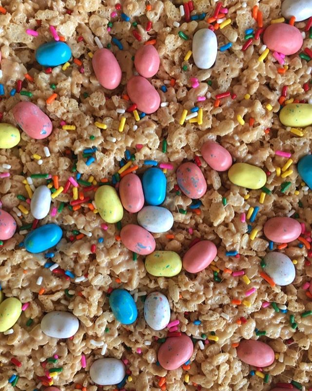 Easter is just around the corner so if you need a quick Easter treat, look no further than these Brown Butter and Malt Rice Krispie Treats! The melted marshmallows are mixed with brown butter and malt and the final product is studded with festive Robins Eggs and sprinkles! Link in profile • •  https://www.flourandfinch.com/blog/2017/10/1/brown-butter-and-malt-rice-krispy-treats