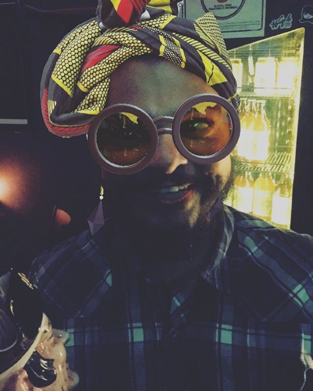Um @vellozo_huey no seu lugar do balcão, com filtro de snap pós negroni p/ animar essa sua noite de terça 😆 . . . . . . #bar #drinks #beer #diyordie #vilamadalena #barsp #cerveja #music #vinyl #oldschool #art #posters #bike #live #independent #sumarezinho #pianobar #nossofffront #fffront #seufffront #bartender #barman #peopleofbalcão #whydrinkalone #sp #cocktails #birinaites4ever #bebidas #brazil