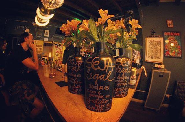 Seja legal ♥️Venham tomar uma nessa sexta porque amanhã estaremos fechados 😊🍻 . . . . #bar #drinks #beer #diyordie #vilamadalena #barsp #cerveja #music #vinyl #oldschool #art #posters #bike #live #independent #sumarezinho #pianobar #nossofffront #fffront #seufffront #bartender #barman #peopleofbalcão #whydrinkalone #sp #cocktails #birinaites4ever #bebidas #brazil