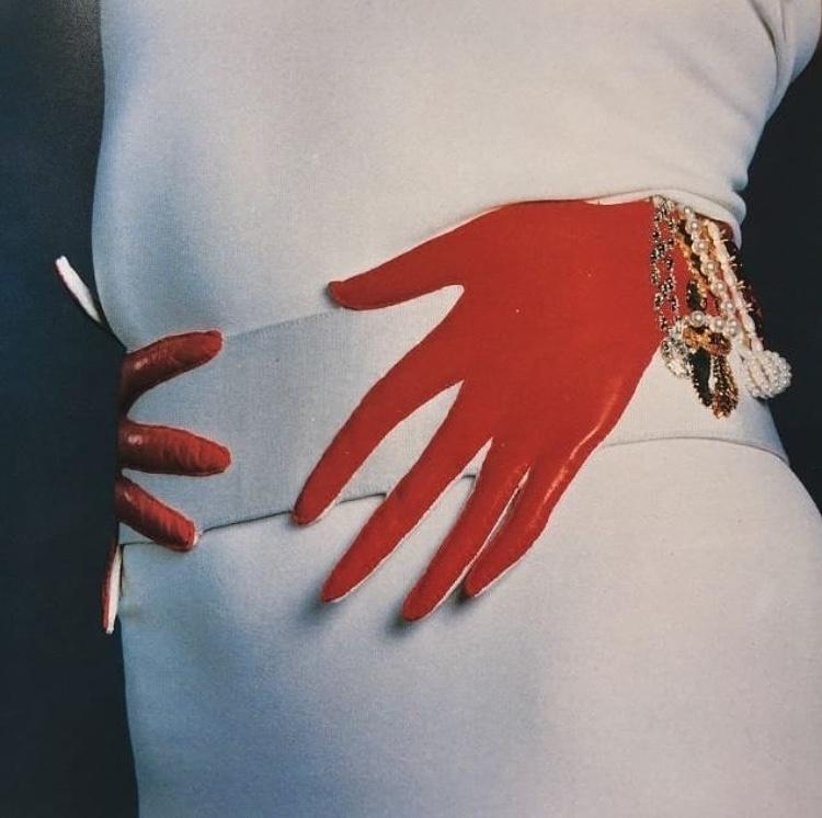 """Amazing hand belt by Schiaparelli"" rg  @nicolettacarlone —"