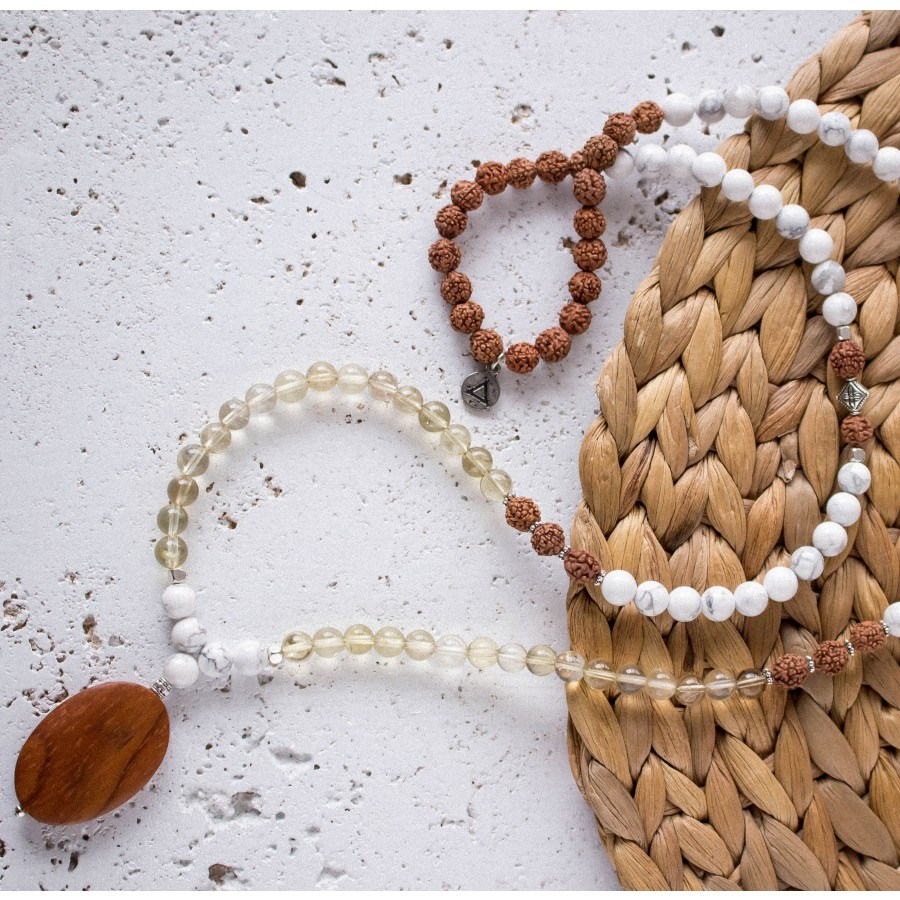 Collier Mala Serenity, disponible ici.