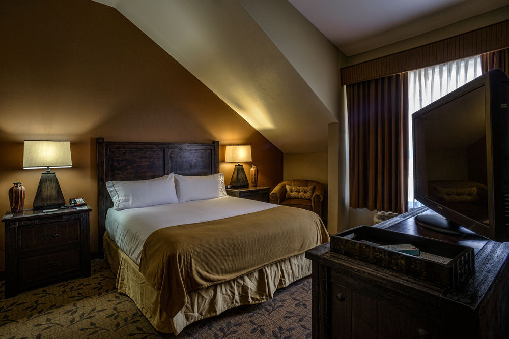 Holiday Inn Springdale Room.jpg