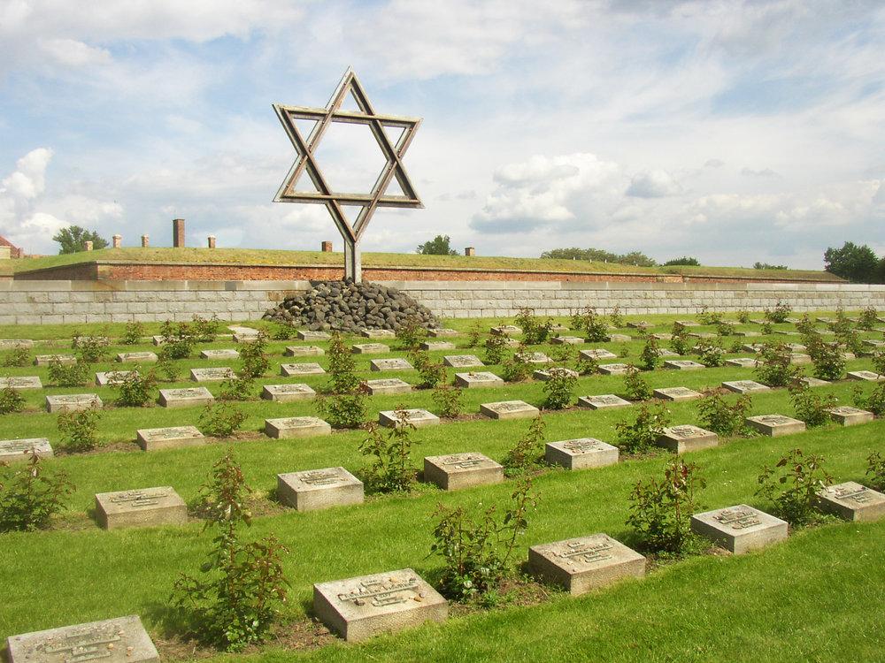 Terezin_CZ_Memorial_Cemetery_01.JPG
