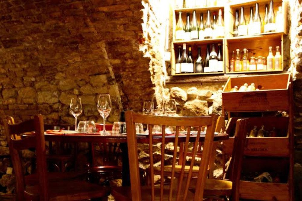Une jolie cave - une jolie cave aux pierres apparentes, séparée en plusieurs salles de tailles différentes pour accueillir ses convives en fonction des attentes. Que vous veniez en groupe d'amis ou en amoureux vous trouverez l'endroit qui vous permettra de passer une belle soirée, en toute intimité. Les bouteilles de vins naturels (une spécialité de la maison) trônent çà et là. Un comptoir avec la cave à fromages que vous dégusterez en plats cuisinés ou tels quels à température idéale.