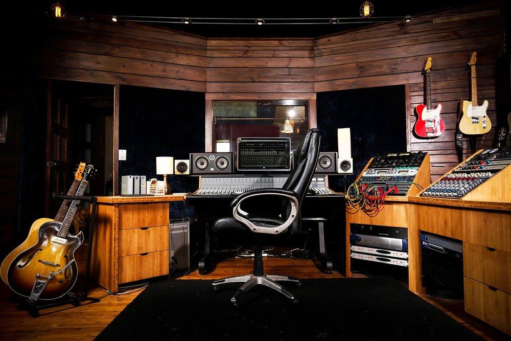 red-moon-studios-gear-15.jpg