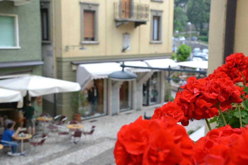 Al Gondoliere   Refined restaurant in the historic center of Malcesine. Kitchen and service with great attention to detail. Large selection of local and national wines. In a few steps you stroll to the lake. Piazza V. Emanuele, 6 - 37018 Malcesine (VR) +39 045 7400046 www.algondoliere.com