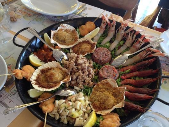 Da Umberto   Da Umberto heißt eigentlich Luca und ist ein sehr aufmerksamer und freundlicher Wirt.  Sein Ristorante ist luftig, sehr gepflegt eingedeckte Tische, unaufdringlicher Service des ganzen Teams und eine Speisekarte, bei der man nichts falsch machen kann.  Natürlicher Schwerpunkt sind die Fischgerichte vom Lago wie vom Meer. Sie sitzen mit Blick zum Wasser.  Via Imbarcadero 15 castelletto di brenzone 37010 Malcesine +39 0457430388   www.daumberto.it