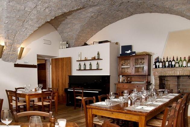 """Le Serviette   Nel cuore della """"Busa"""" di Arco, immersa nel verde di una vigna, si trova l'Osteria """"Le Servite"""" in un antico monastero. Qui Alessandro e il suo staff accolgono gli ospiti con ottimi salumi e formaggi, specialità locali, pasta fatta in casa e dessert e oltre 500 tipi di vino. L'Osteria """"Le Servite"""" con il suo ambiente rustico è il luogo ideale per un pasto in qualsiasi occasione, per uno spuntino o solo per un bicchiere di vino (o due). Via Passirone n. 68 - 38062 S. Giorgio Arco (Tn) +39 0464 557411"""