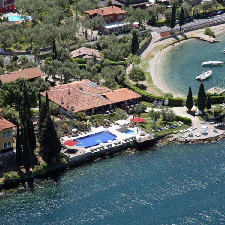 Sailing Center   ****  Distanza 700m