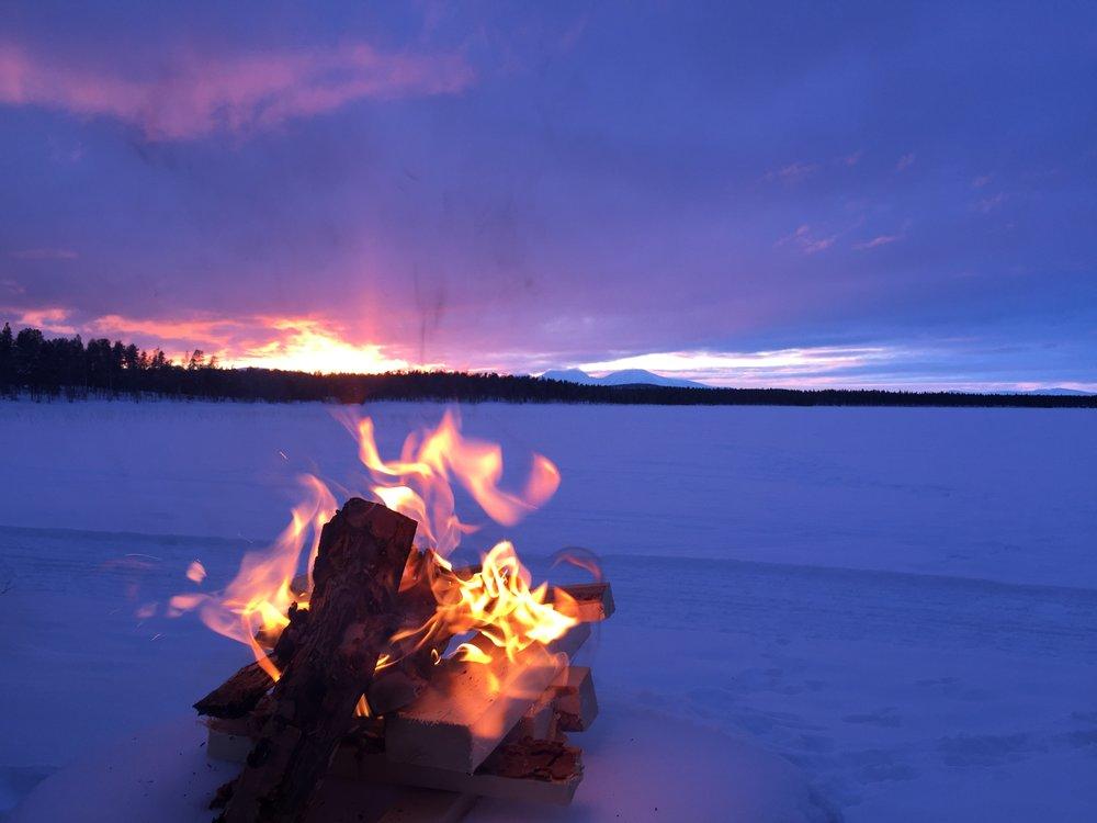 vinterbål i solnedgang.JPG