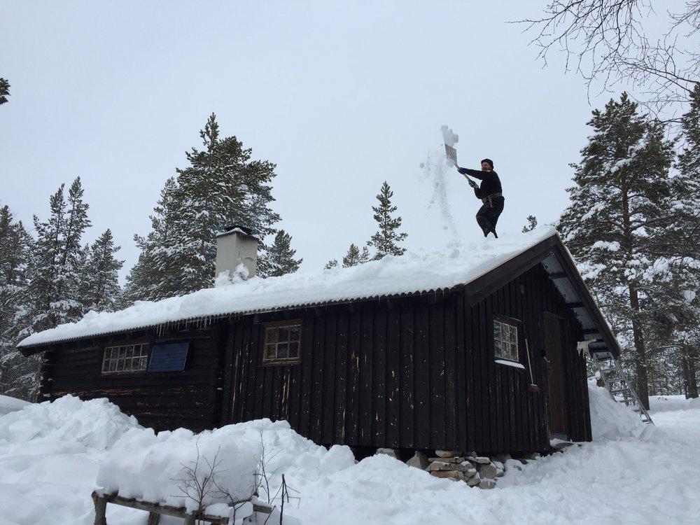 Snømåking hyttetak.JPG
