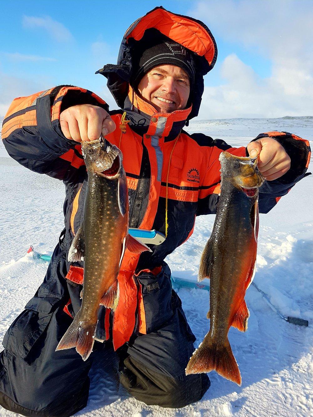 11 - BILDER - Vinter Foto_ Kenneth Østreng Isfiske røye fiskefangst røyefangst fornøyd fisker.jpg