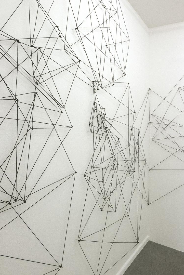 cubes, 2016, schwarze Plastikkordel auf Nadeln, ca. 340 x 9000 cm