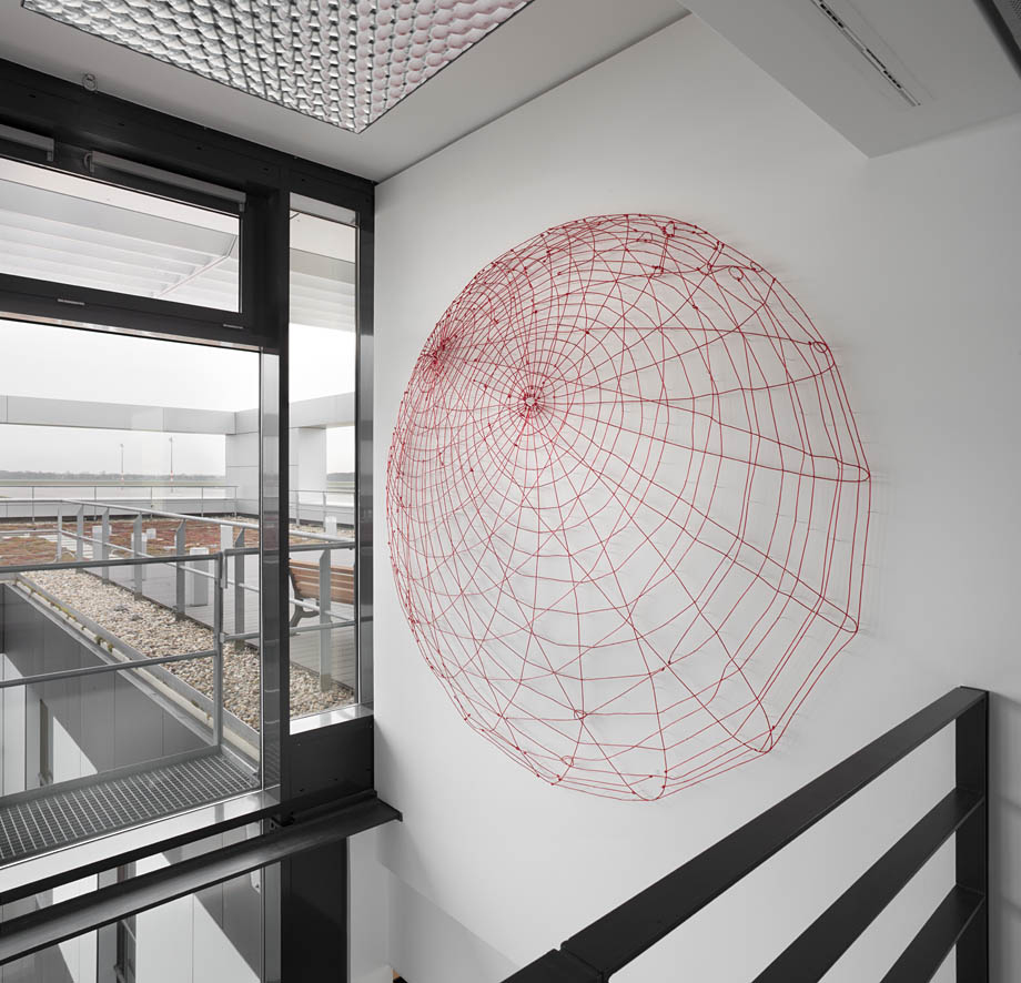Globus, 2011, Wäscheleinen auf Nadeln, Ø 220 cm, permanente Installation, Flughafen Berlin-Brandenburg