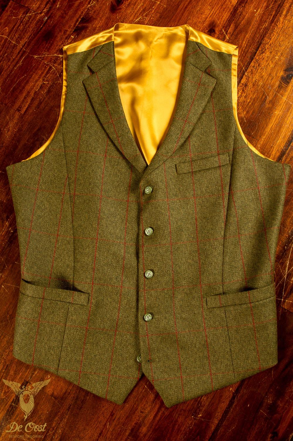 - Handgemaakt vest in Tweed Fern Twill en Rode Ruit met hoorn knopen en goud gele lining