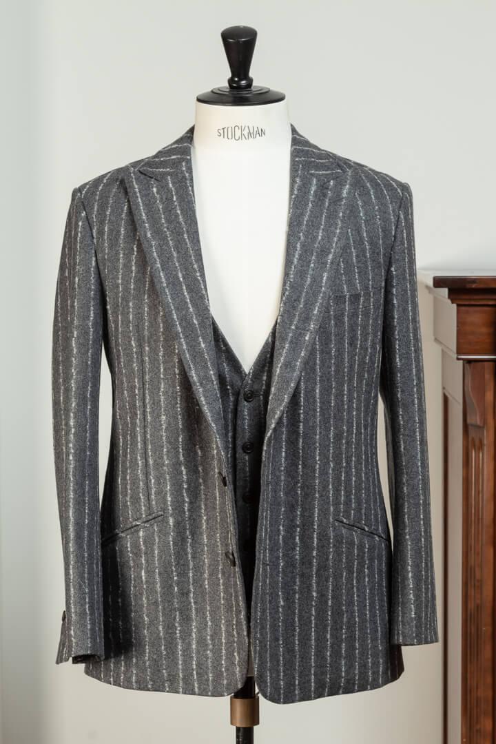 - 3-Delig Pak Ongevoerd Colbert Chequers Mid Grijs Met Krijt Boucle Streep 3:4 inch Super 100's Wool Woollen Spun 340gm Holland & Sherry