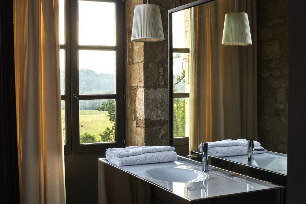 chateau_room_bathroom.jpg