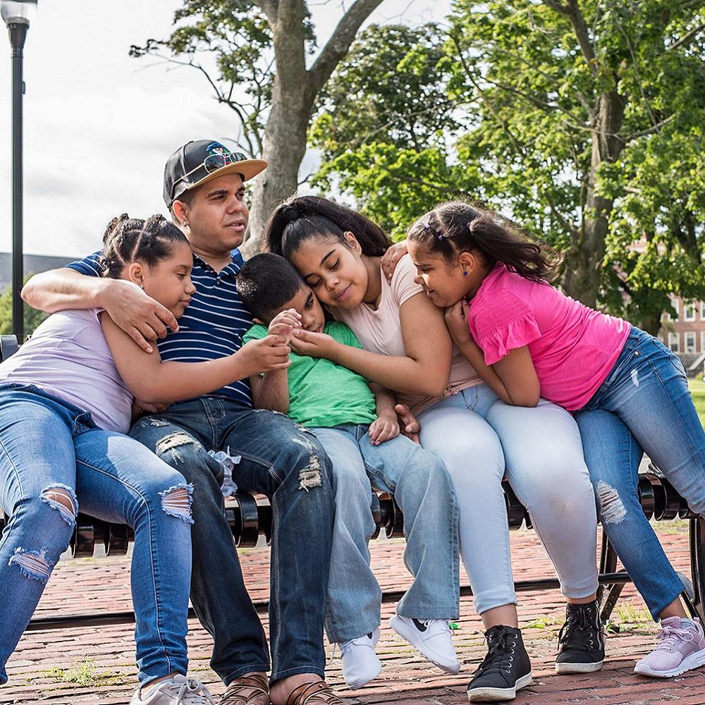Jose, Christopher et leur famille - Jose, de Lawrence, au Massachusetts, vit pour ses cinq enfants. Lorsque son fils Christopher, âgé de neuf ans, en a eu besoin, il s'est battu pour que, de la République dominicaine, il puisse venir aux États-Unis afin de recevoir les soins dont il avait besoin au centre médical Tufts.