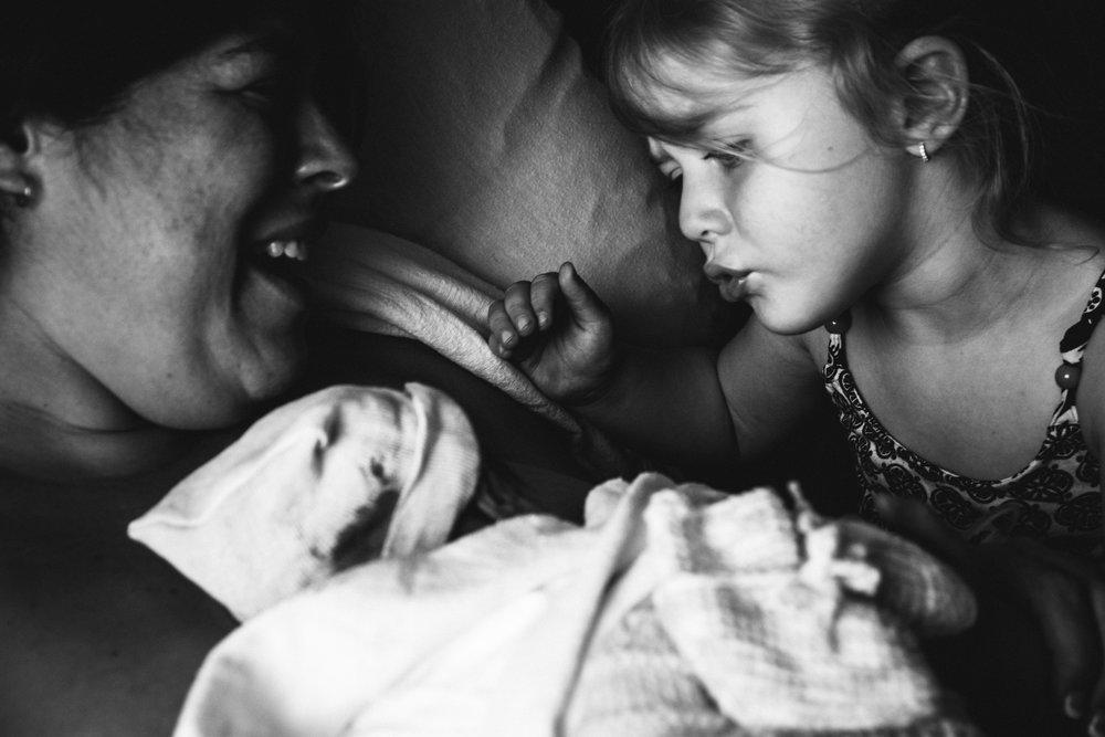 photo-de-nouveau-ne-a-l-hopital-fresh-48_photographie-noir-et-blanc-photographe-de-famille-lifestyle-enfant-montreal-16.jpg