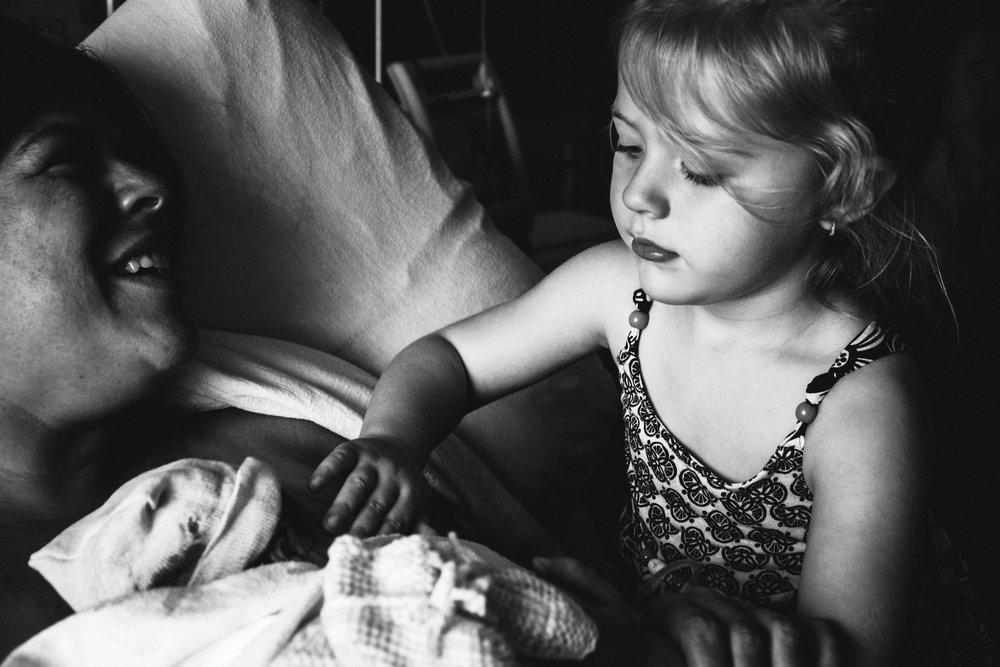 photo-de-nouveau-ne-a-l-hopital-fresh-48_photographie-noir-et-blanc-photographe-de-famille-lifestyle-enfant-montreal-17.jpg