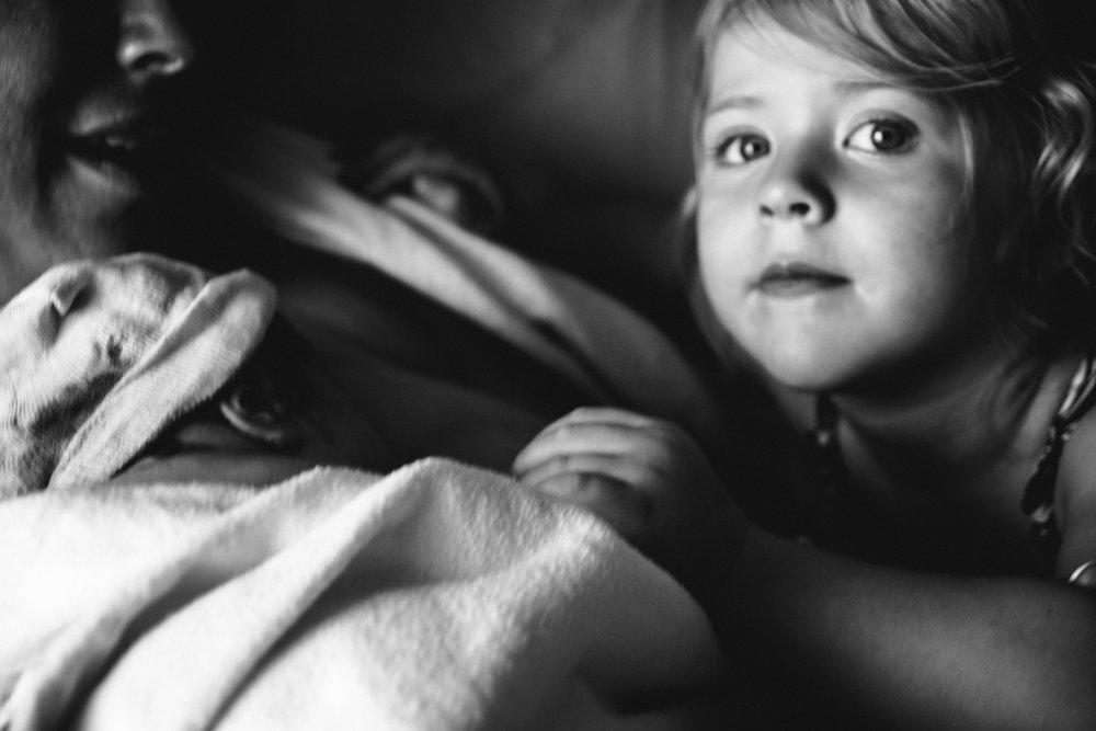 photo-de-nouveau-ne-a-l-hopital-fresh-48_photographie-noir-et-blanc-photographe-de-famille-lifestyle-enfant-montreal-21.jpg