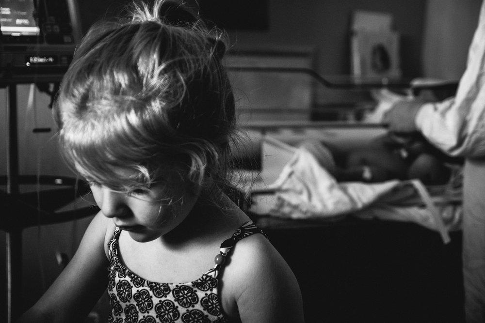 photo-de-nouveau-ne-a-l-hopital-fresh-48_photographie-noir-et-blanc-photographe-de-famille-lifestyle-enfant-montreal-25.jpg